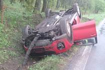 Na mokrém asfaltu dostala smyk, auto mimo silnici otočila na střechu.