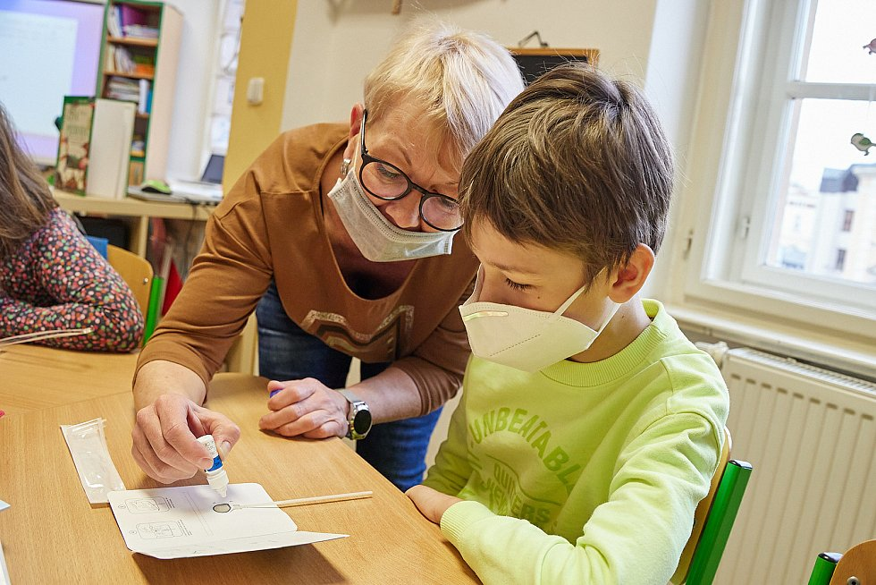 V pondělí 12. dubna se vrátili do školy také žáci 3. A ZŠ kpt. Jaroše v Trutnově. Před zahájením výuky absolvovali povinné testy na covid-19.