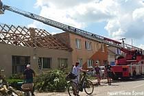 Hasiči ze Špindlerova Mlýna pomáhali od pátku na neděle v obci Lužice na jihu Moravy, kde ničivě udeřilo tornádo.