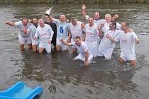Vítěze 20. ročníku čekala zasloužená koupel v řece Úpě.