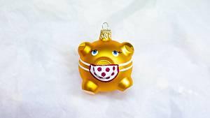 Ve Dvoře Králové vyrábějí zlaté prasátko s rouškou jako vánoční ozdobu
