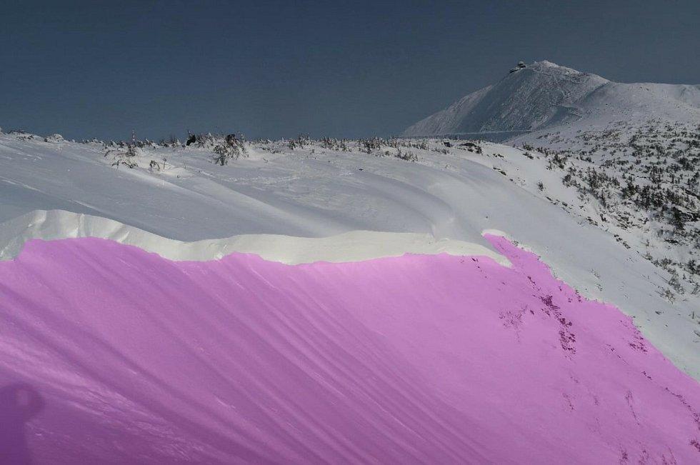 Odtrh laviny s pohledem na Sněžku.