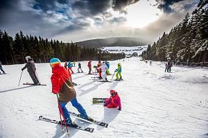 Lyžařské areály v Krkonoších jsou na začátku března v provozu. Po únorovém náporu hostů se situace uklidnila.