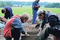 ARCHEOLOGICKÝ PRŮZKUM v místě pokládky nové kanalizace v lokalitě Bobr by měl podle slov Radka Nováka skončit během následujících tří pracovních dnů.