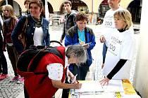 BĚHEM PRVNÍ HODINY podepsalo petiční arch za odvolání vedení Zoologické zahrady Dvůr Králové šedesát lidí. Sdružení Safari Archa 2007 zatím posbíralo  více než 1 200 podpisů.