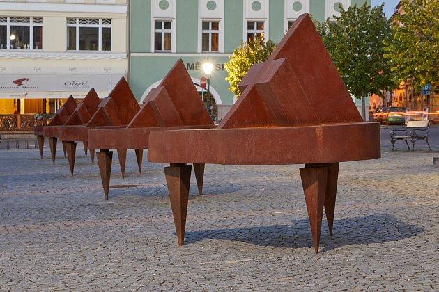 Ocelové klavíry na Krakonošově náměstí v Trutnově.