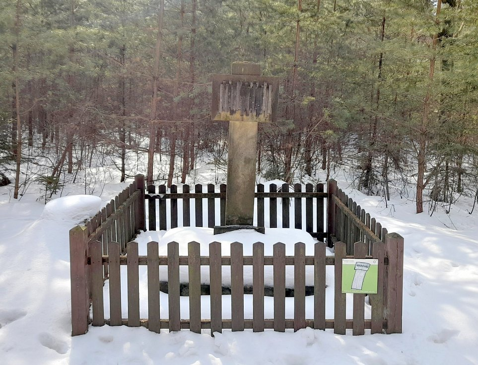 Pomník a bývalý hrob 19 obětí pochodu smrti za Kocbeřemi.