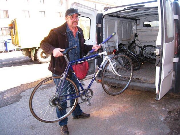 Na kole z Podkrkonoší za lepším vzděláním v Africe