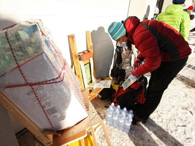 Šerpové vyrazili s nákladem na Sněžku