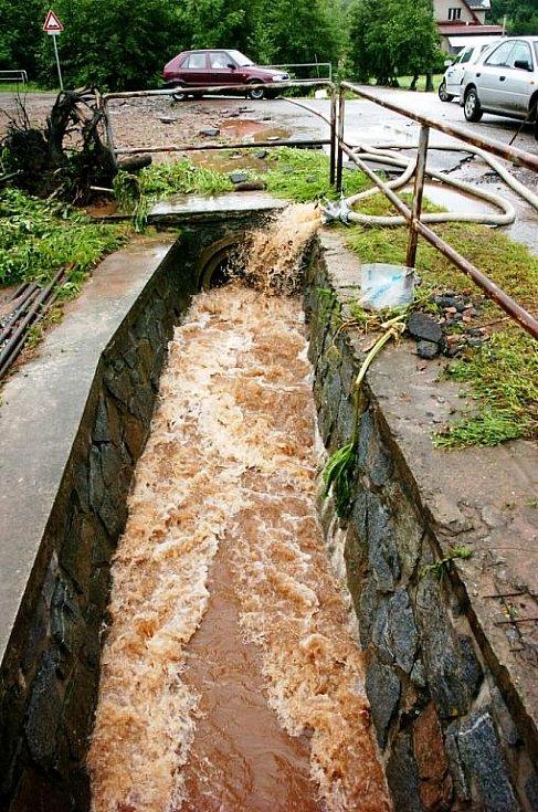 Zaječí potok v Markoušovicích u Velkých Svatoňovic se ve čtvrtek po prudké bouřce vylil z břehů a zaplavil část obce.