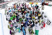 SNOWBOARDOVÉ NADĚJE. Účastníci závěrečného závodu snowboardové série O2 Rookie Cup, která je určená jezdcům do 18 let.