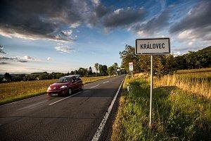 Královec. Místo, kde v roce 2023 sjedou auta z polské dálnice na českou okresní silnici.