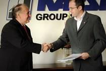 FRANTIŠEK ŘÍPA (vlevo) podepsal společně se starostou Dvora Králové Janem Jarolímem smlouvu o prodeji průmyslové zóny.