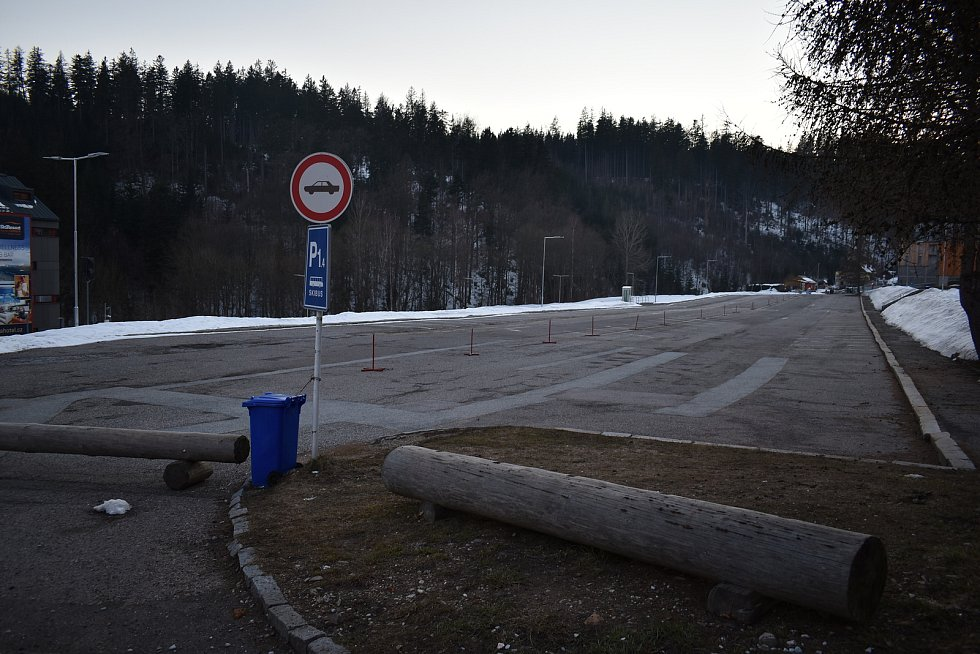 Zeje prázdnotou. Parkoviště u lanovky na Černou horu je opuštěné. V klasické zimní sezoně bylo obvykle napěchované auty.