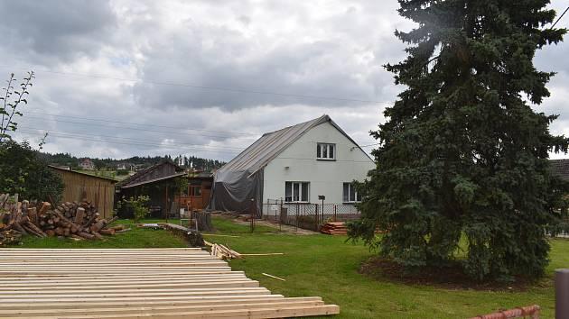 O skoro novou střechu nad hlavou přišel kvůli řádění větru starší muž z Třebihošti.
