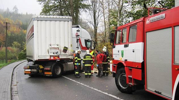 Kamion narazil v Batňovicích do stromu, zablokoval cestu