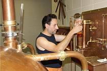 Pivovar Tambor ze Dvora Králové vaří vánoční speciál Klazar, sládek Martin Vrba kontroluje cukernatost