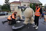 V křižovatce stojí socha nosorožce z pískovce a kovu.