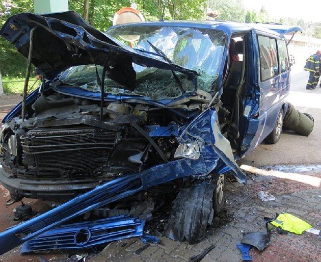 Auto vHostinném narazilo do domu, na místo nehody vzlétl ivrtulník.