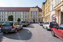 V budově trutnovského gymnázia patří hned tři učebny volebním místnostem. Volí v nich lidé z padesáti trutnovských ulic.