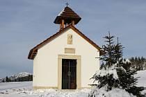 KAPLE SVATÉHO KRYŠTOFA  vyrostla v nadmořské výšce 1120 metrů, u Boudy Slovanka ji nechal postavit Josef Matyáš. Vyzvání každý den v pravé poledne a v šest večer.