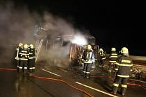 U Mladých Buků hořel autobus. Vznítil se za jízdy