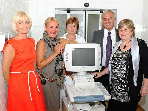 Prezidentka nadace Kapka naděje Vendula Svobodová předala ústavu chirurgie ruky ultrazvukový diagnostický přístroj a mikrochirurgické nástroje.