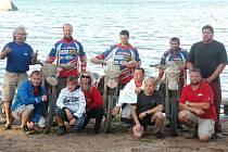 KOPLETNÍ JEZDECKÝ I REALIZAČNÍ TÝM. Společně s jezdci odcestovala do Finska početná skupina techniků, kuchařů a vůbec všech podporovatelů. Závodníci se jim odvděčili nejlepším umístěním v historii.