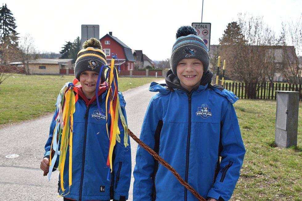 Při Velikonočním pondělí bylo koledníků jen poskrovnu. Pomlázku si nenechala ujít dvojice malých hokejistů z Vrchlabí.