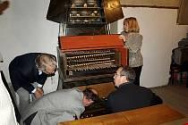 Unikátní zvonkohra v Žirči u Dvora Králové - příprava na hru