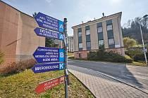 V areálu trutnovské nemocnice začne rozsáhlá rekonstrukce, řeší se problém s parkováním.