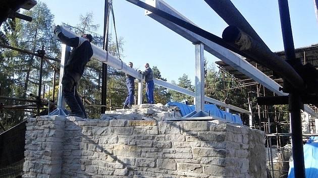Stavební úpravy hradu Vízmburk.