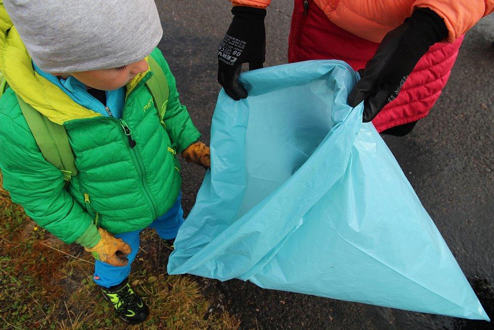 Do akce Čisté Krkonoše se během soboty zapojilo množství dobrovolníků, kteří uklízeli také v okolí Luční boudy.