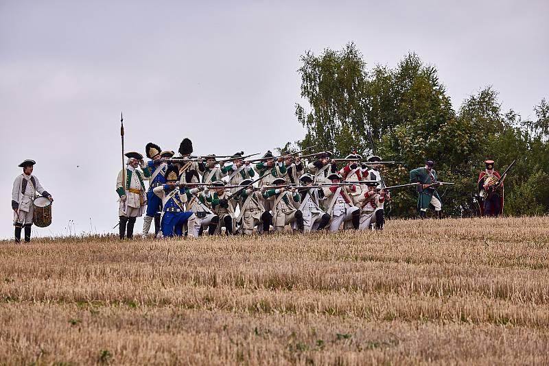 Na poli u Studence u Trutnova se střetli vojáci armád rakousko-saské a pruské, které bojovaly v bitvě v roce 1745.
