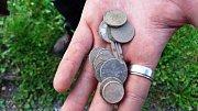 V betonovém torzu koupaliště v Hostinném našli hledači s detektory pouze staré mince ze 70. let minulého století.