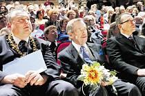 Václav Havel v Trutnově, kde obdržel v roce 2010 čestné občanství města. Vlevo od něj dlouholetý trutnovský starosta Ivan Adamec.