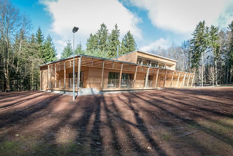 Místo staré boudy mají trutnovští běžci na Paradráze moderní klubovnu.