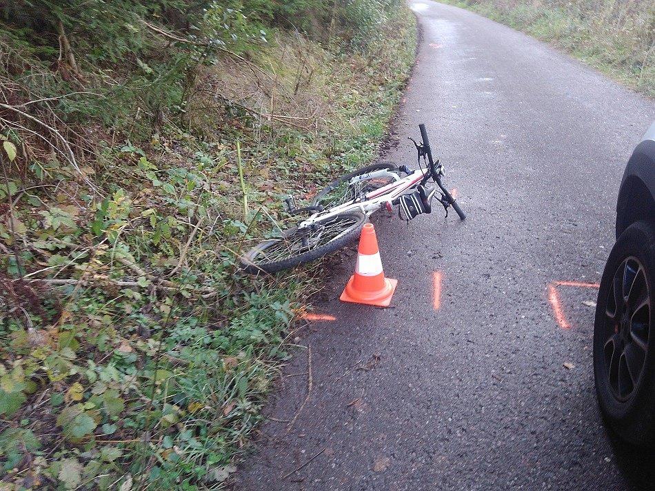 Cyklistka narazila do stojícího auta.