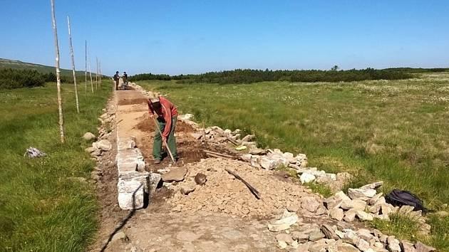 Od Luční boudy směrem do Slezského sedla rekonstruují turistický chodník