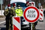 Policisté a vojáci střeží hraniční přechod v Malé Úpě.
