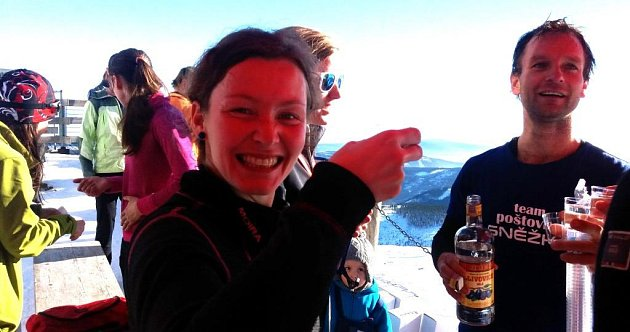 Partneři Petr Mazal a Iva Dolečková si připili na triumf ve Sněžka Sherpa Cupu slivovicí.
