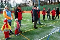 ŠKOLNÍ SPORTOVIŠTĚ. Na konci loňského roku bylo slavnostně otevřeno víceúčelové hřiště u základní školy.