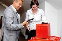 Do připravených nádob školy sbírají použité elektrospotřebiče a baterie, za což následně získávají body.