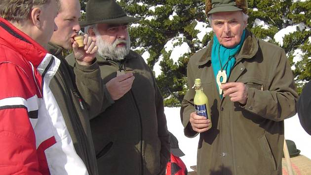 Nedávno zesnulý legendární hajný Josef Tylš (vpravo) na snímku s lahví vaječnného likéru.