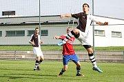 Dva slepené góly rozhodly zajímavý souboj vrchlabské rezervy (červené dresy) se Sokolem Bílá Třemešná (2:0).