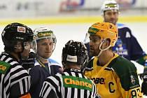 V roli kapitána vede vrchlabské hokejisty za postupem do semifinále Tomáš Jirků.