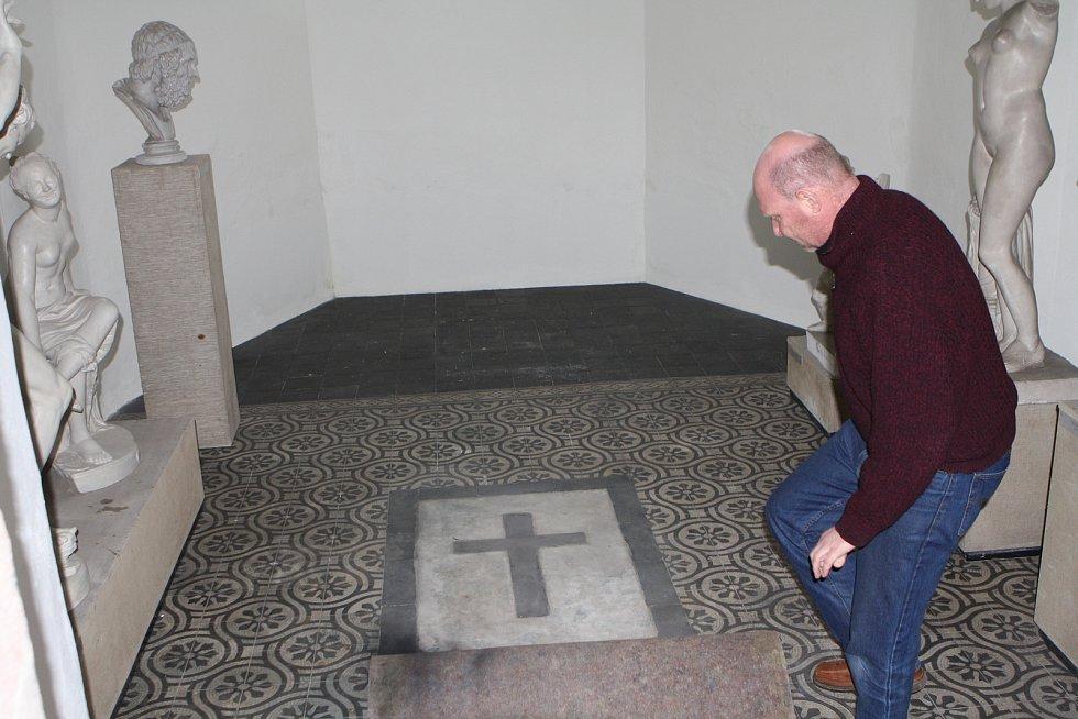 Ředitel muzea v Hostinném Tomáš Anděl ukazuje jedno z míst klášterního kostela, pod kterým se ukrývají historické hrobky.