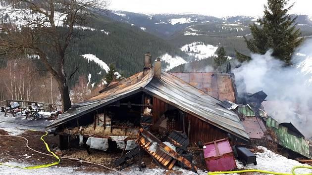 V Peci shořela školní chata Bažina