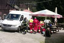 VELKÉ ŠTĚSTÍ měl muž, který opravoval brzdy na svém vozidle, když na něj spadlo. Naštěstí jej vytáhli kolemjdoucí a hasiči i záchranáři muži poskytli potřebnou pomoc.
