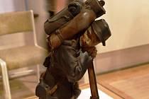 FRANCOUZSKÝ starodružiník je jednou ze sošek, které Otto Gutfreund vytvořil pro památník odboje. K vidění dílko bylo i na výstavě v královédvorském muzeu.